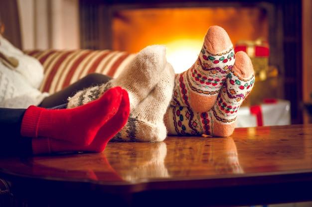 Zbliżenie zdjęcie rodzinnego ocieplenia stóp przy kominku