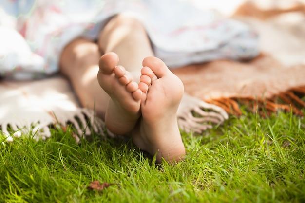 Zbliżenie zdjęcie stóp dziecka na zielonej trawie