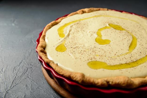 Zbliżenie zdjęcie tarta z ciasta i oliwy z oliwek