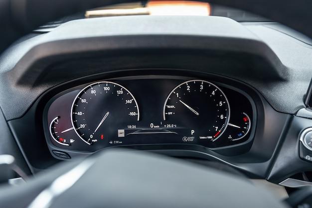 Zbliżenie zdjęcie wnętrza samochodu nowoczesny prędkościomierz samochodowy