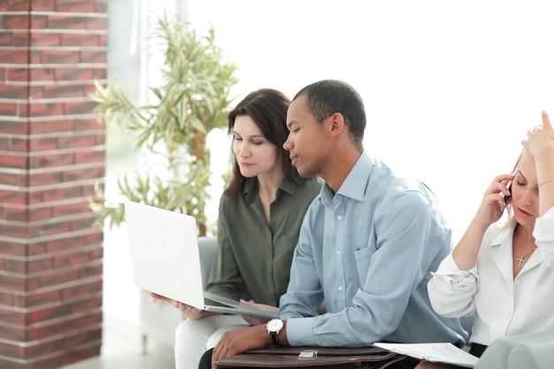 Zbliżenie. zespół biznesowy omawiający kwestie biznesowe. życie biurowe
