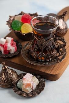 Zbliżenie zestaw herbaty, marmolada, lokum i pachnąca herbata