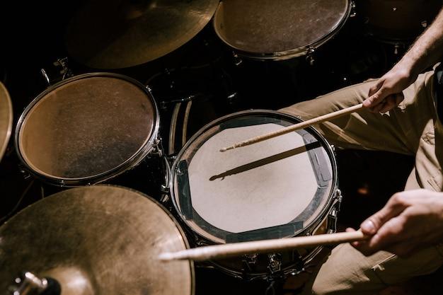 Zbliżenie zestawu perkusyjnego