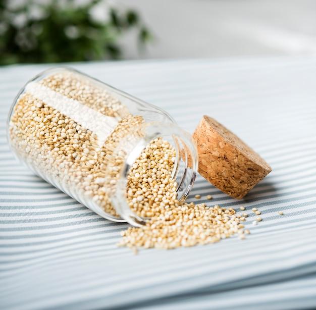 Zbliżenie zgniecione nasiona w słoiku