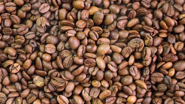 Zbliżenie ziaren kawy na stole. selektywna ostrość. natura
