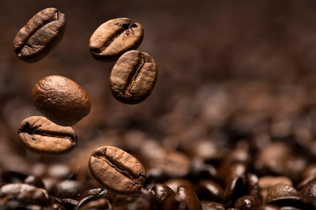 Zbliżenie ziaren kawy, z naciskiem na jeden