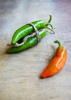 Zbliżenie zielone papryczki chili i różne rodzaje pieprzu