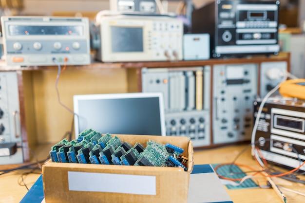 Zbliżenie zielone wbudowane mikroukłady są ułożone w pudełku, aby przygotować się do dalszej produkcji w fabryce sprzętu
