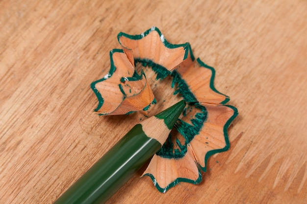 Zbliżenie: zielony ołówek z wiórami