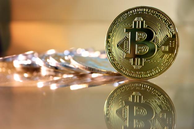Zbliżenie złoty bitcoin z odbija i ciepły ton