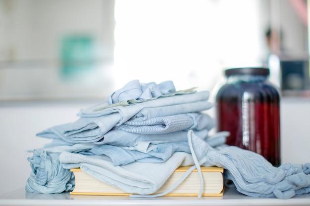 Zbliżenie złożone ubrania na książki w niebieskim tonie