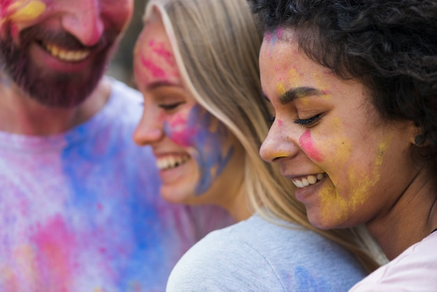 Zbliżenie znajomych pokryte farbą w holi