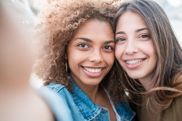 Zbliżenie znajomych przy selfie