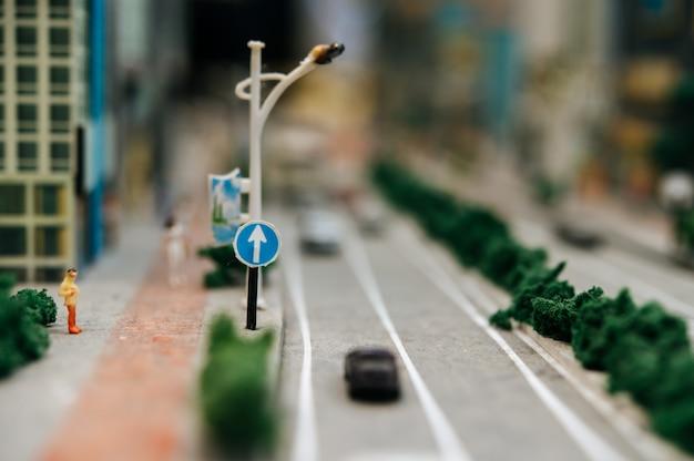 Zbliżenie znaku idzie prosto do znaku drogowego.