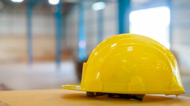 Zbliżenie żółty kapelusz inżynierii w koncepcji magazynu, przemysłu i fabryki.