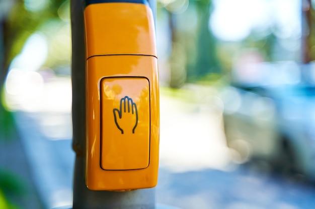 Zbliżenie, żółty przycisk do przełączania sygnalizacji świetlnej.