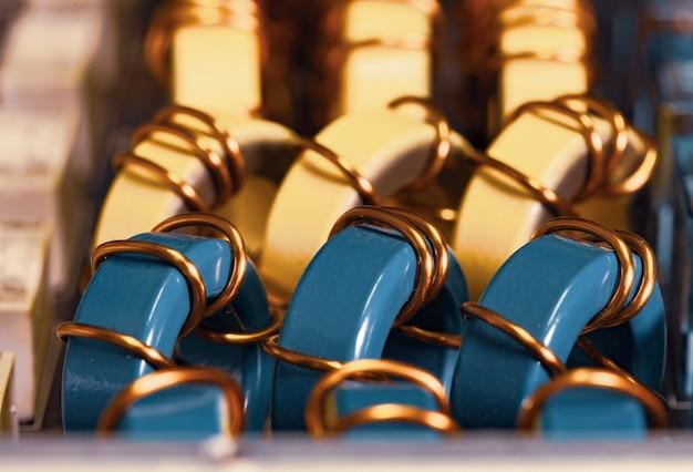 Zbliżenie żółtych i niebieskich rdzeni proszku żelaza