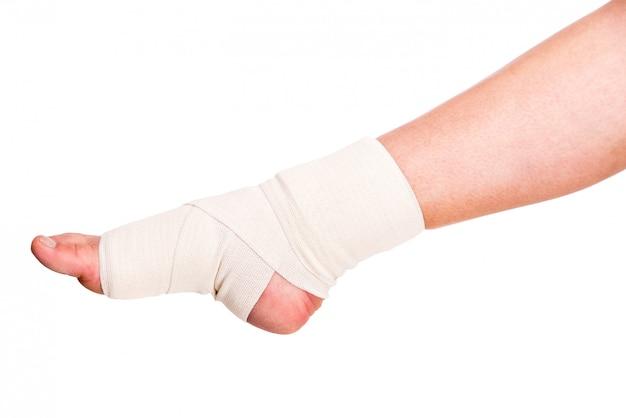 Zbliżenie zranionej kostki z bandażem.