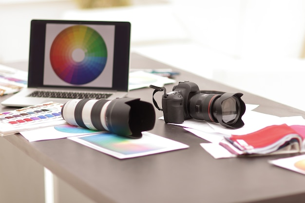Zbliżeniekamera i szkice na biurku projektanta