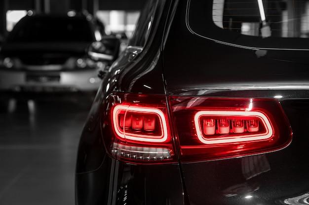 Zbliżeniowe tylne światło nowego halogenowego czarnego crossovera. zewnętrzna część nowoczesnego samochodu.