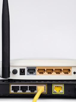 Zbliżone routery bezprzewodowe ustawione jeden na drugim