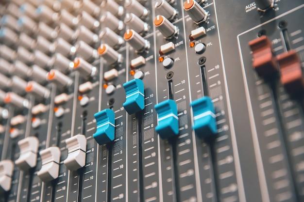Zbliżyć mikser audio w pokoju nagrań