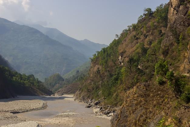 Zbocza gór rzeki w himalajach w dystrykcie manaslu