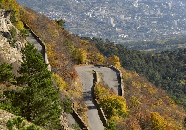 Zbocze góry aipetri z drogą
