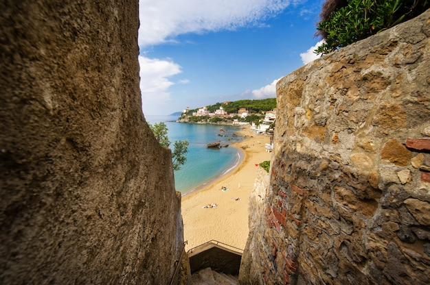 Zbocze z widokiem na morze śródziemne i plażę w castiglioncello