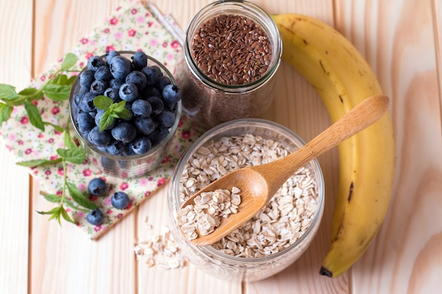 Zboża i różne pyszne składniki na śniadanie, widok z góry, zbliżenie