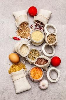 Zboża, makarony, rośliny strączkowe, suszone grzyby i przyprawy