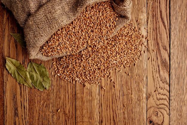 Zboża na stole kuchnia produkty drewniane tło