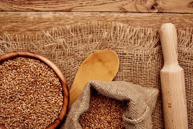 Zboża w torbie jedzenie naturalne składniki drewno tło