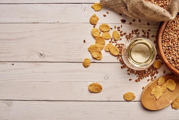 Zboża w torbie zdrowe śniadanie na tle drewna. zdjęcie wysokiej jakości