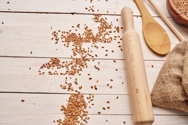 Zboża w torbie zdrowe śniadanie w tle drewna