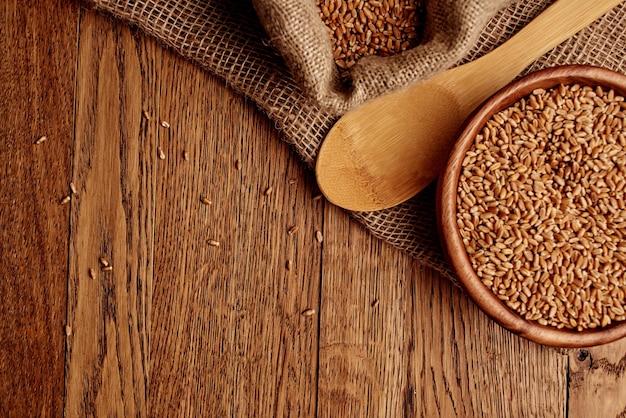 Zboża w torebce jedzenie naturalne składniki widok z góry