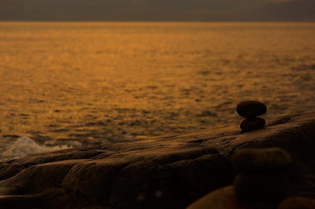 Zbudowany z kamiennego posągu inukszuka na wybrzeżu morskim