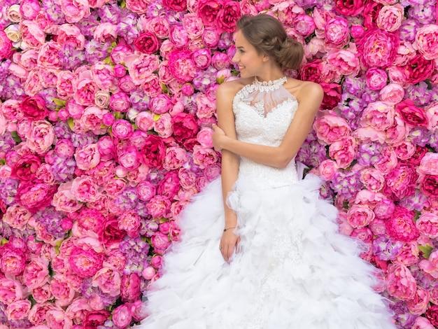 Zdarzenie fotograficzne z pięknym modelem mody w wizerunku panny młodej dekoracji kwiatów