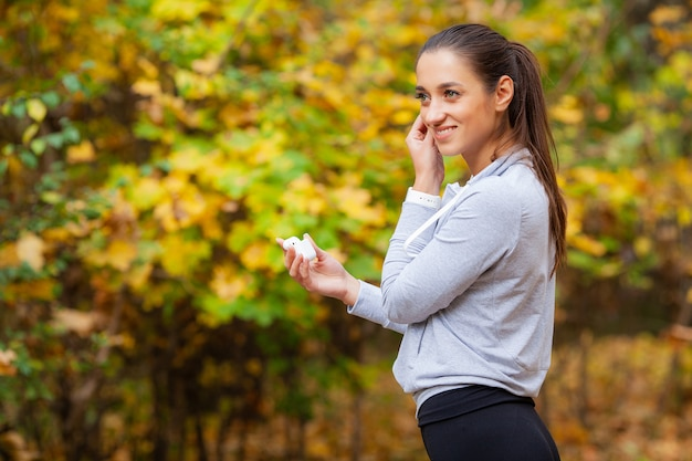 Zdatność. kobieta robi ćwiczenia treningu na ulicy