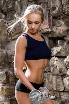 Zdatność. piękna kobieta z seksownym ciałem