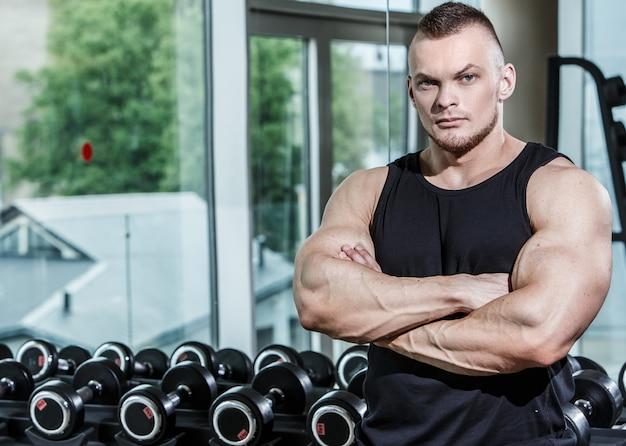 Zdatność. przystojny mężczyzna na siłowni
