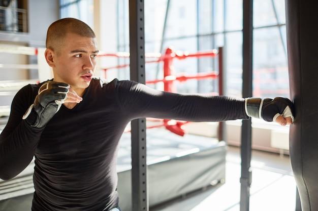 Zdecydowany profesjonalny bokser