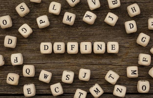 Zdefiniuj słowo napisane na bloku drewna, obraz