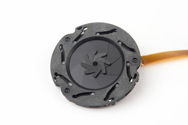 Zdemontowana część przysłony obiektywu aparatu