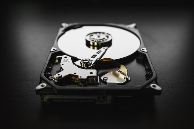 Zdemontowany dysk twardy z komputera, dysk twardy z efektami lustrzanymi. część komputera, laptopa