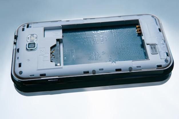 Zdemontowany smartfon na białym tle