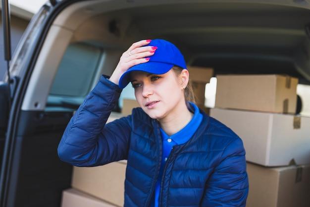 Zdenerwowana dziewczyna usługi dostawy