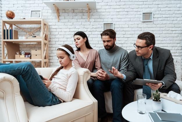 Zdenerwowana dziewczyna w sesji terapii rodzinnej ze słuchawkami