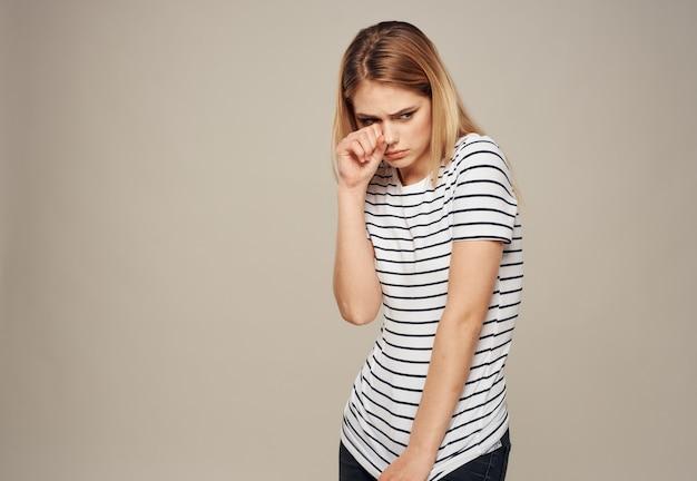 Zdenerwowana kobieta emocje blond beżowa koszulka w paski