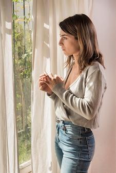 Zdenerwowana kobieta wyciągając obrączkę